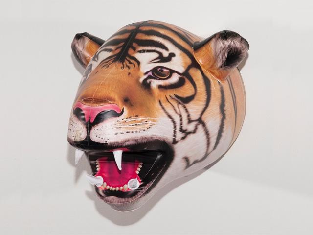 надувной трофей тигр