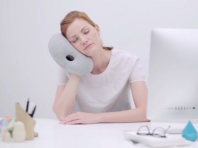 Ostrich Pillow Mini в руке