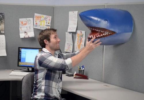 надувная голова акулы