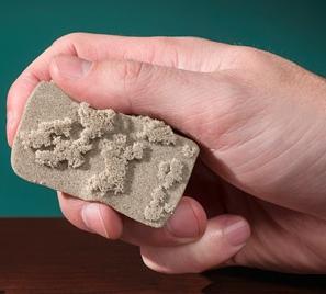 kinetic sand легко убрать он не липнет к рукам и не оставляет следов