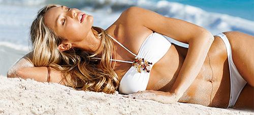 девушка на пляже в бикини